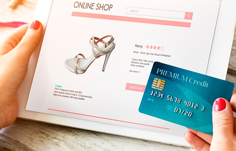 クレジットカードで買い物する女性