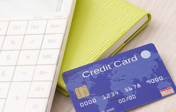 電卓とクレジットカード
