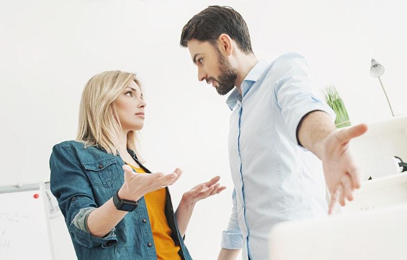 仕事で口論している男と女
