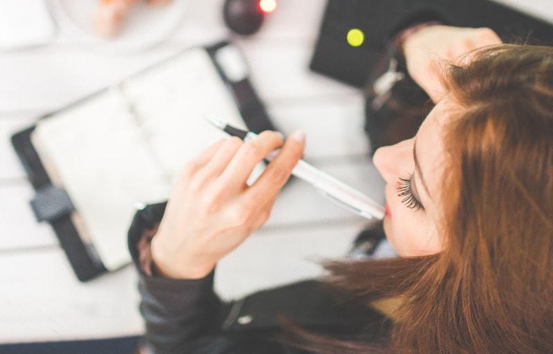 仕事中にマニュアルを確認する女性