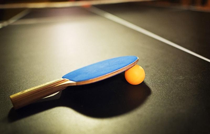卓球のラケットとボール