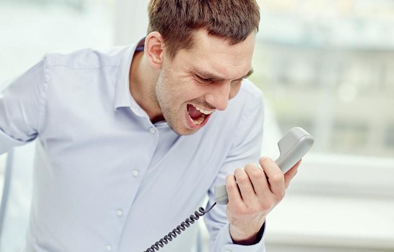 電話で起こる男