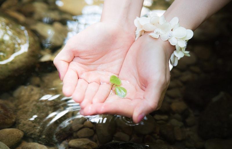 川で手を洗う