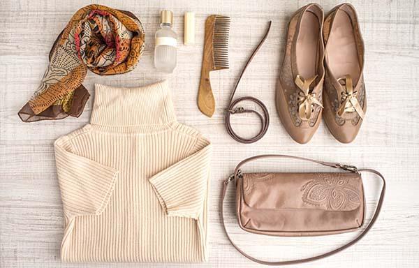 ベージュの服とバッグ