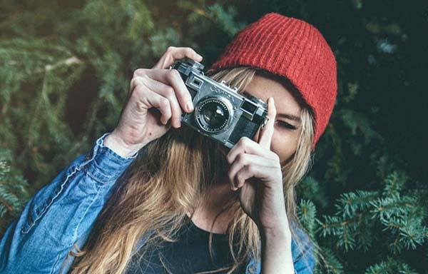 カメラで写真を撮る女