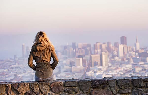 遠くの街を見つめる女