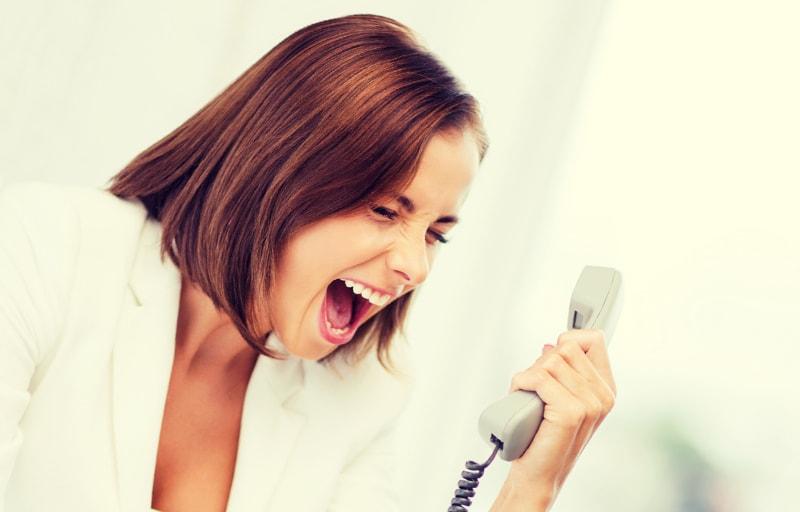電話越しに怒る女