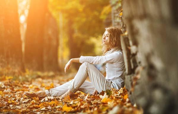 森の中で休んでいる女