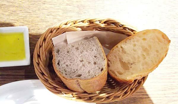 オリーブオイルをパンにつけます
