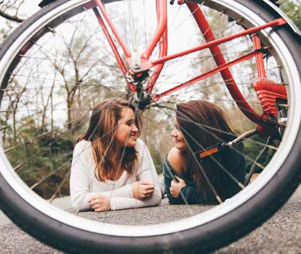 友達と仲良く話す女の子