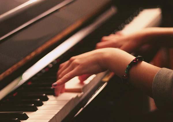 ピアノを弾く女