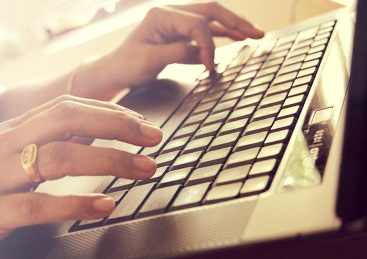 パソコンを使う女
