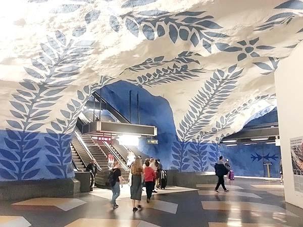 青と白の内装が美しいT‐セントラーレン駅