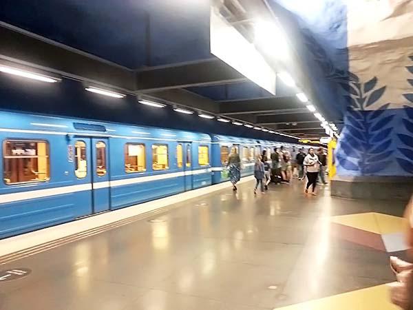 地下鉄も青と白のカラーリング