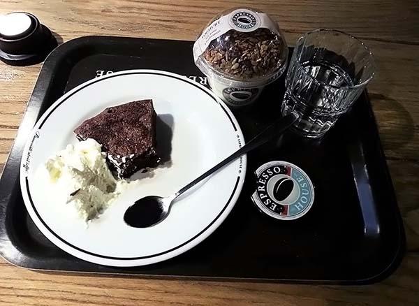 ケーキとアイスクリームをいただきます