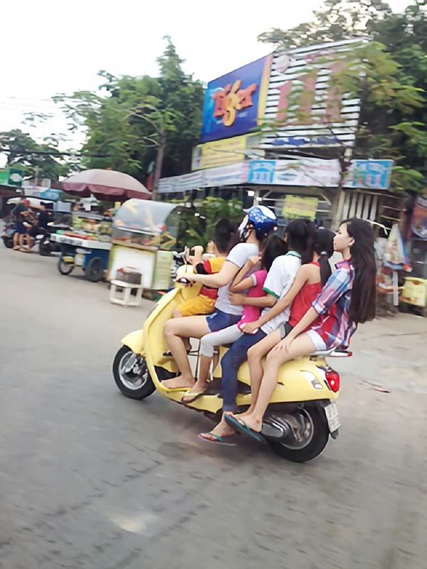 なんとバイクに5人のってます!
