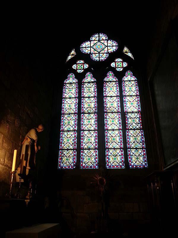 ステンドグラスの眩さと部屋の暗がりがマッチしてます
