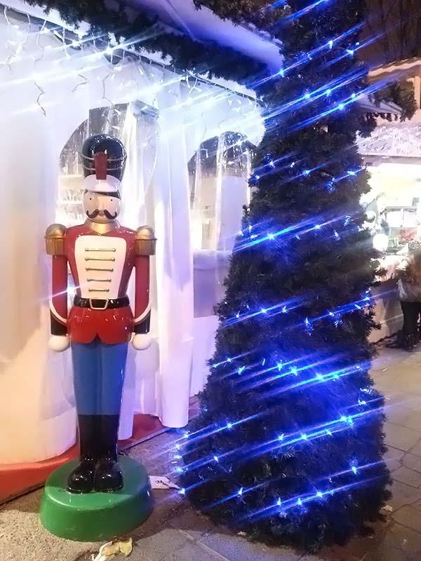 兵隊の人形とクリスマスツリー