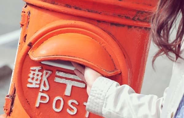 年賀状をポストに送る