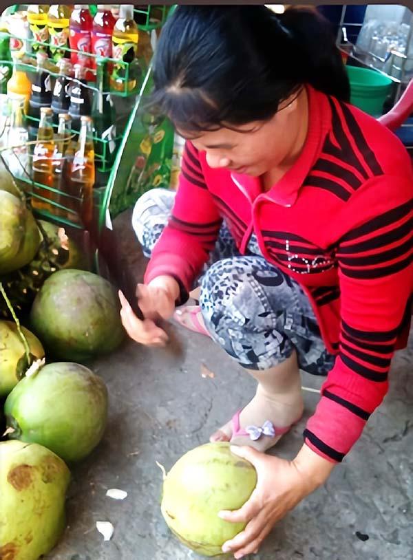 お店のお姉さんにココナッツをカットしてもらいます