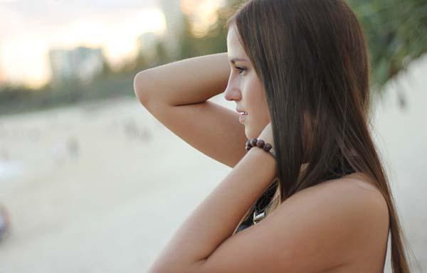 悲しげな表情の女