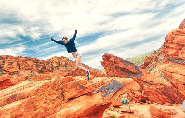 岩山を駆け抜ける女性