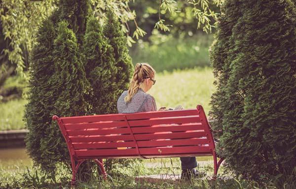 ベンチに座る女