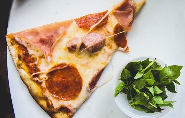 ピザとハーブ