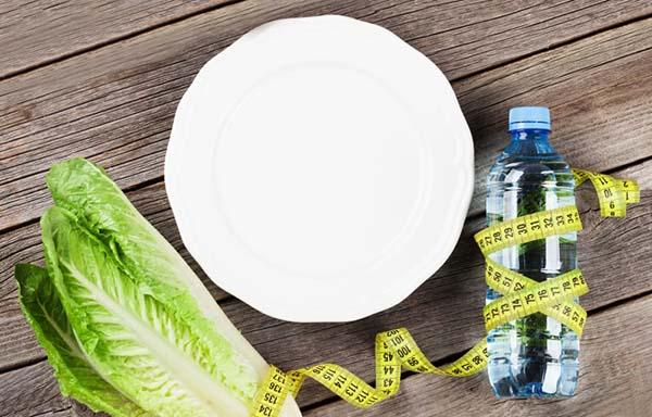 野菜と水とメジャーと皿