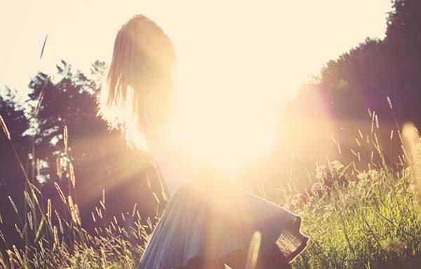 太陽に照らされる女性