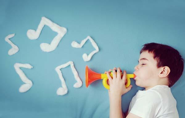 おもちゃのラッパを吹く男の子