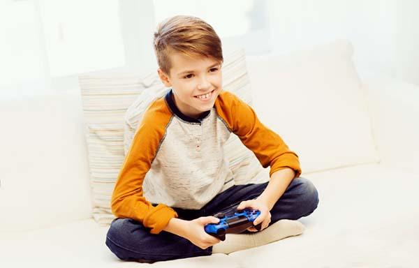 ゲームを楽しむ男の子