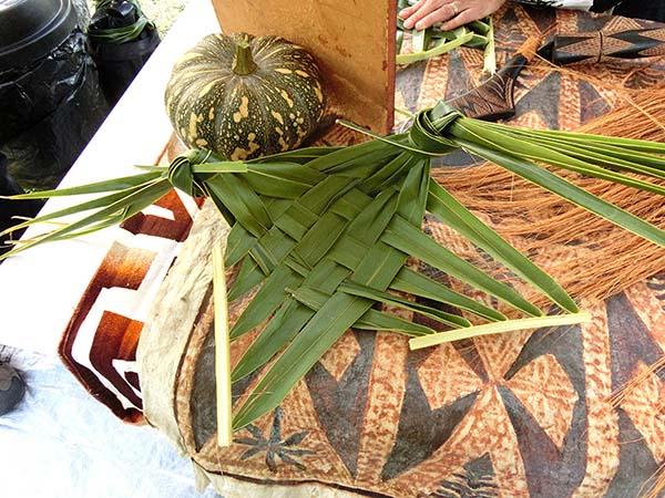 ココナッツの葉っぱでお皿をつくりました