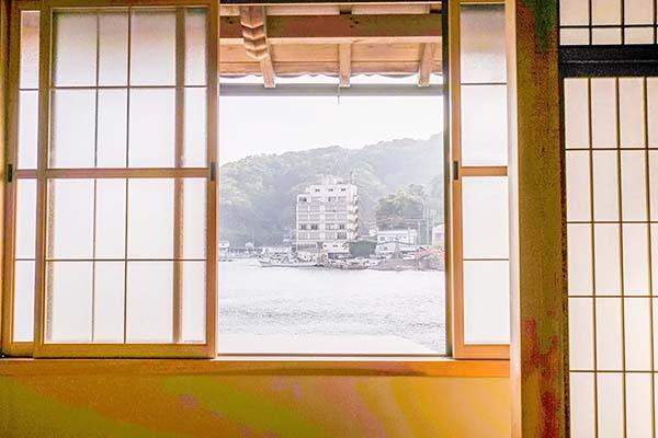 窓から外を見ると海でした