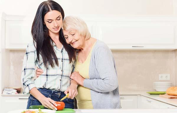 料理の手伝いをする女性
