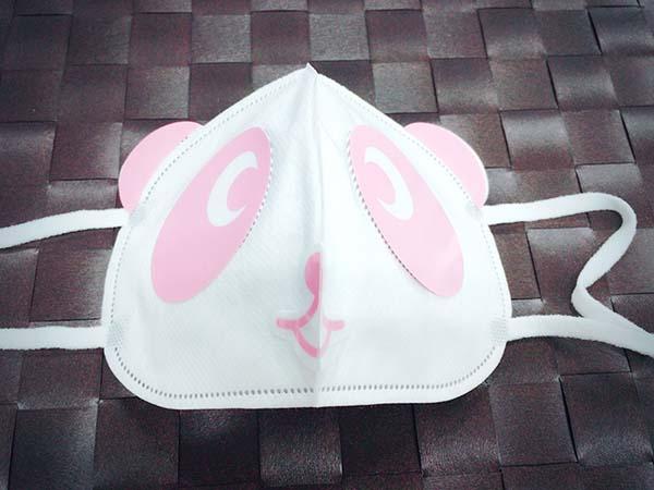ピンクのシールを貼るとマスクが可愛いパンダへ変身しました!
