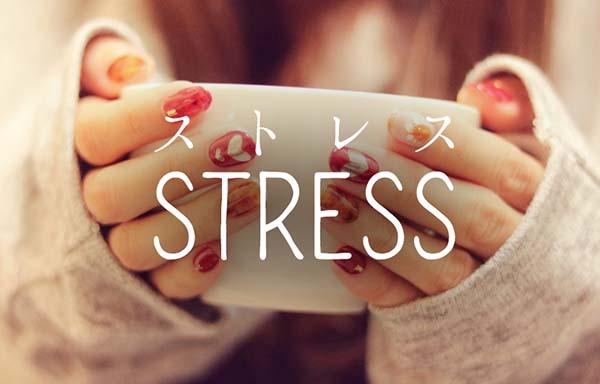 マグカップとストレスを抱える女の子