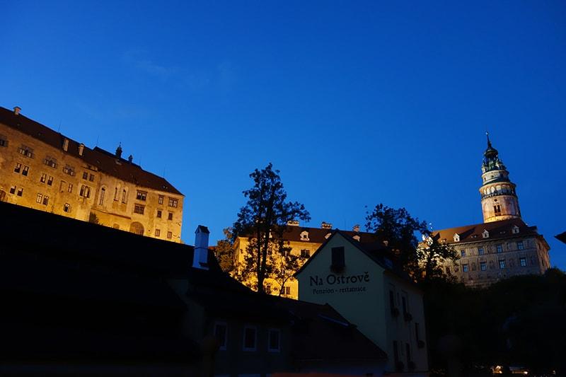 お城がライトアップされています