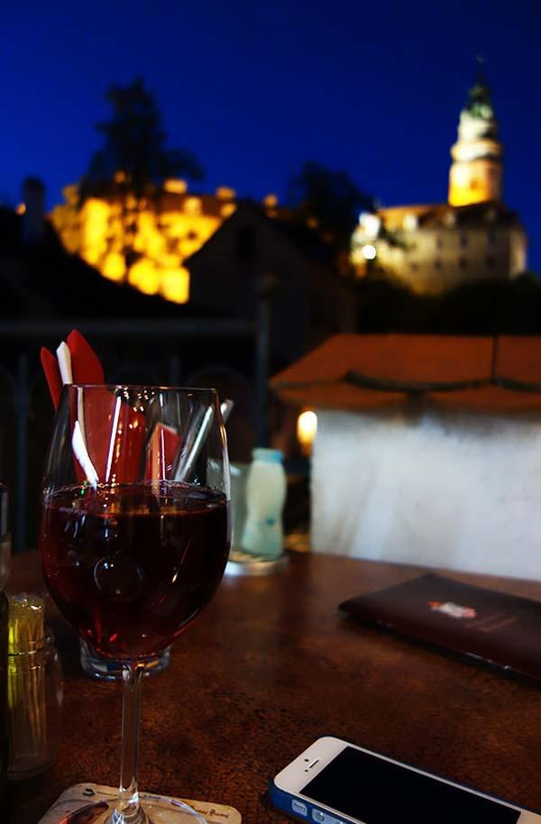 夜の街を眺めワインを味わう