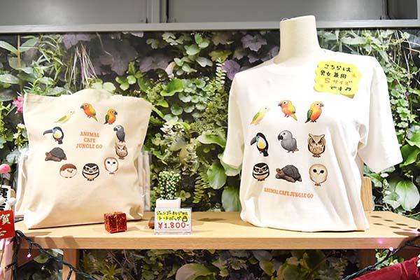Tシャツやトートバッグなどのグッズも販売されています
