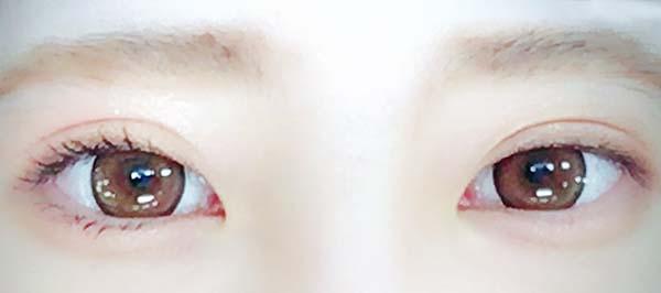 右目にマスカラを塗っています