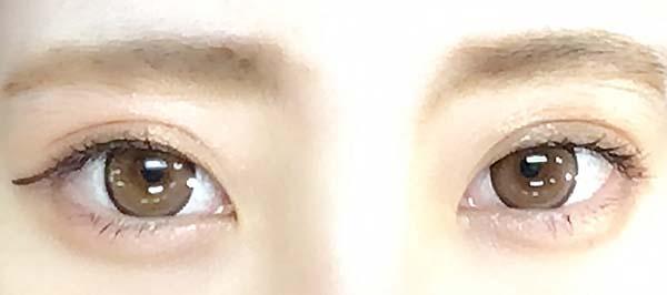 両目にマスカラを塗っています
