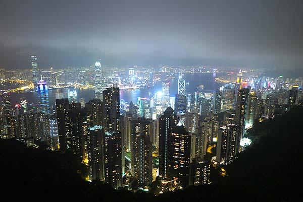 ヴィクトリアピーク建物屋上から眺める百万ドルの夜景