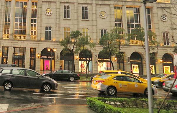 黄色い車が台湾のタクシーです