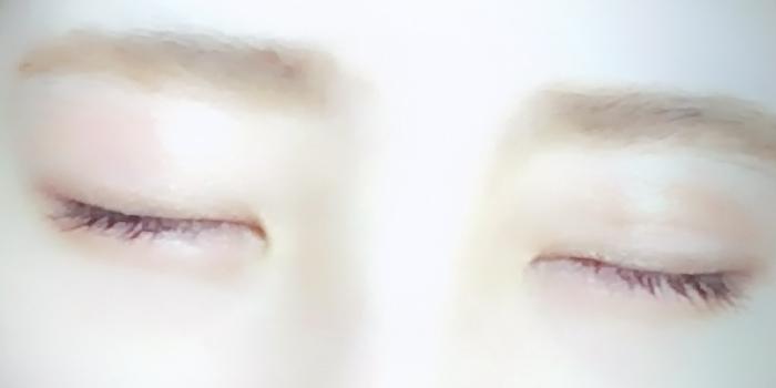 目を閉じると塗り方やグラデーションが分かりやすくなります