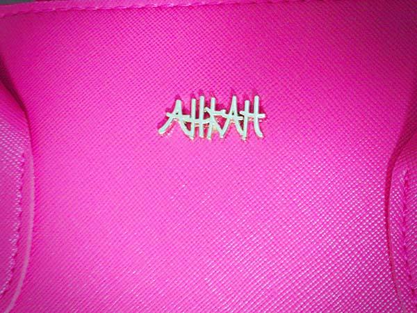 AHKAHのロゴがシンプルでオシャレ