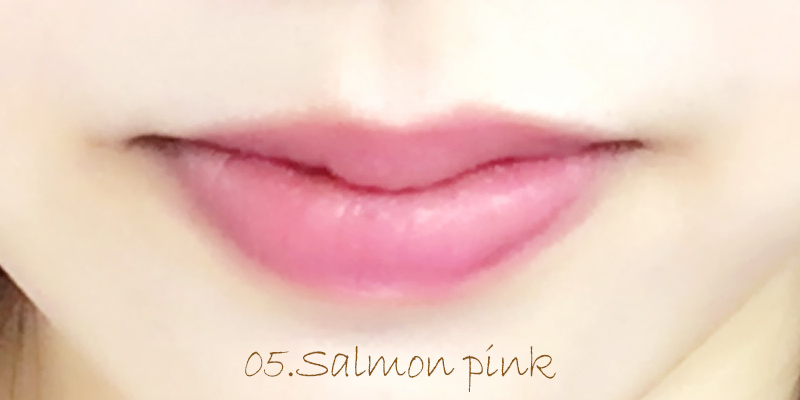 サーモンピンクを唇に2度塗りしました