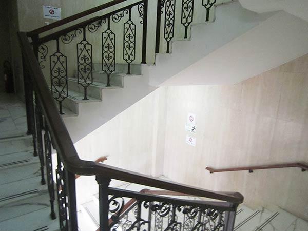 2階へ続く階段へ上がります