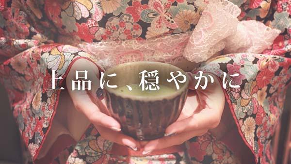 抹茶を持つ女性