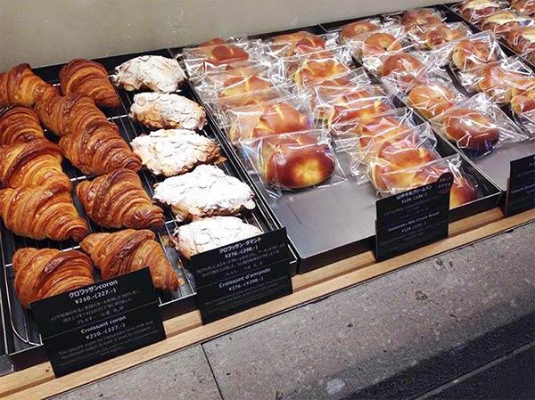 店内にはパンがたくさん並んでいます